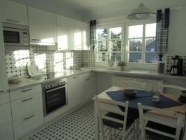 """neuwertige Einbauküche, vollständig ausgestattet, großes Südfenster / Ferienwohnung """"ailoens-hues"""" in Husum - Schobüll"""