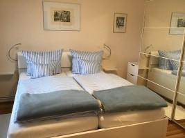 """Schlafzimmer mit Doppelbett / Ferienhaus """"Bungalow Kleine Auszeit"""" in Husum"""