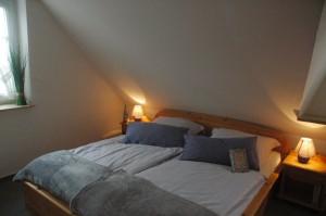 """Schlafzimmer mit Doppelbett / Ferienhaus """"Muschelsucher 2"""" in Nordstrand-Norderhafen"""