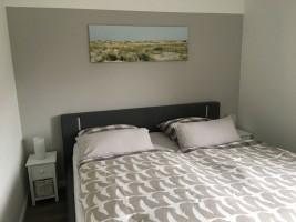 """Schlafzimmer mit geräumigem Kleiderschrank / Ferienwohnung """"Nordstern"""" in Hattstedt"""
