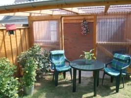 """Überdachte Sitzgelegenheit im Garten. Hier kann man auch gerne grillen. / Ferienwohnung """"Haus Wattenmeer"""" in Husum"""