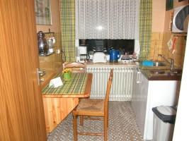 """Die kleine Sitzgelegenhkeit in der Küche bietet etwas Platz für ein Frühstück zu zweit. / Ferienwohnung """"Haus Wattenmeer"""" in Husum"""