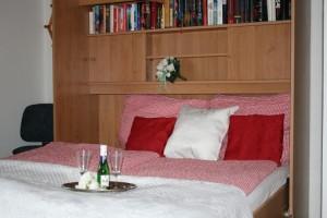"""Unser Doppelbett ist ein echtes Raumwunder. Benötigt man mal etwas mehr Platz, klappt man das Bett einfach weg. / Ferienwohnung """"Haus Wattenmeer"""" in Husum"""