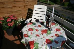 """Ob ein schönes Frühstück oder abends ein Glas Wein, unser Balkon läd gern dazu ein. / Ferienwohnung """"Haus Wattenmeer"""" in Husum"""