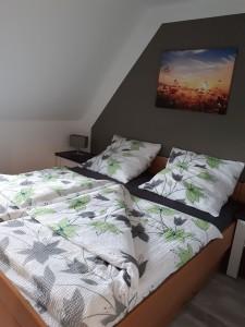 """Schlafzimmer mit Doppelbett. / Ferienwohnung """"Birgit Lange"""" in Husum"""
