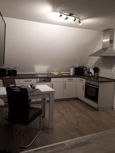 """Helle Küche komplett ausgestattet. / Ferienwohnung """"Birgit Lange"""" in Husum"""