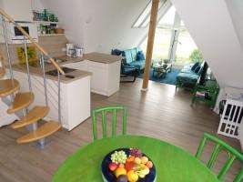 """Küchenzeile mit Blick in die Sitzecke / Ferienwohnung """"Nordstrand***"""" in Husum - Schobüll"""