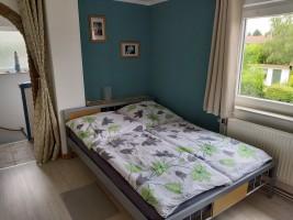 """Vorderes Schlafzimmer Mit  einem Doppelbett / Ferienwohnung """"Ferienwohnung-Knaepper"""" in Husum"""