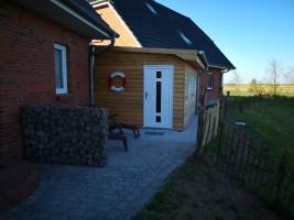 """Außensauna liegt unmittelbar an den Eingängen zum Ferienhaus / Ferienhaus """"Haus Wattenmeerblick"""" in Nordstrand"""