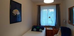 """zweits Schlafzimmer mit  Einzelbett in Komforthöhe, gute Matratze und zweiter Fernseher / Ferienwohnung """" Seestern"""" in Husum-Schobuell"""