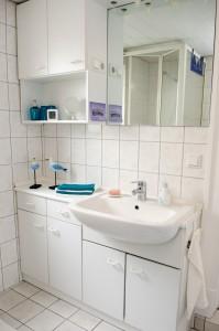"""Bad mit Tageslichtfenster; separate Toilette, ebenfalls mit Fenster / Ferienwohnung """"Husum-Tied"""" in Husum"""