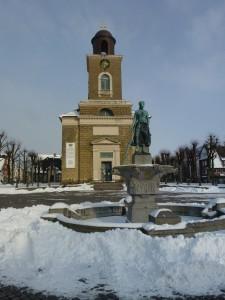"""Marktplatz mit Tinebrunnen und Kirche im Winter / Ferienwohnung """"Husum-Tied"""" in Husum"""