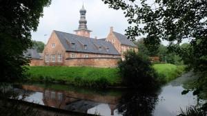 """Wassergraben rund ums Schloss / Ferienwohnung """"Husum-Tied"""" in Husum"""