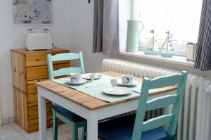 """Heller Frühstücksplatz, Tisch auch austauschbar gegen den großen im Wohnzimmer / Ferienwohnung """"Husum-Tied"""" in Husum"""