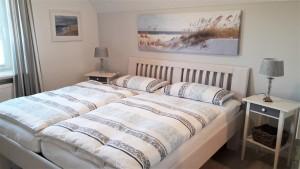 """Schlafzimmer rechts mit begehbarem Kleiderschrank / Ferienwohnung """"ailoens-hues"""" in Husum - Schobüll"""