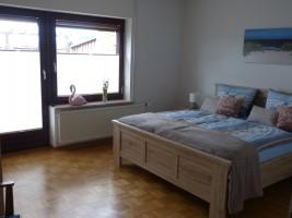 """Schlafzimmer mit Doppelbett und großem Schrank / Ferienwohnung """"NEU"""" in Husum"""