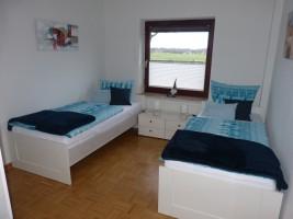 """Schlafzimmer mit zwei Einzelbetten und Schrank / Ferienwohnung """"NEU"""" in Husum"""