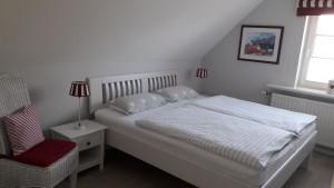 """Schlafzimmerr links mit Einbauschrank / Ferienwohnung """"ailoens-hues"""" in Husum - Schobüll"""
