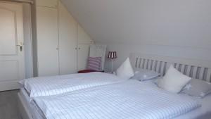 """Schlafzimmer links mit Einbauschrank / Ferienwohnung """"ailoens-hues"""" in Husum - Schobüll"""