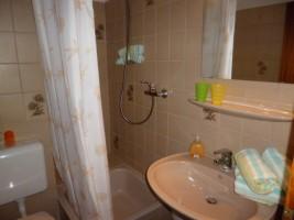 """Badezimmer mit Dusche und WC. / Ferienhaus """"Haus Seestern"""" in Nordstrand"""