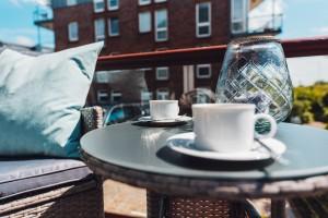 """kleiner gemütlicher Balkon mit Sitzgelegenheit / Ferienwohnung """"ANKER MAL am Hafen"""" in Husum"""