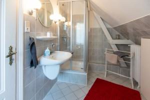 """Das Bad mit Dusche und WC. / Ferienwohnung """"Haus Parkblick"""" in Husum"""