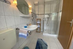 """Dusch-Bad  inkl. Haartrockner, ausreichend Dusch- & Handtücher / Ferienwohnung """"Ferienwohnung Jessen 2"""" in Husum OT Schobüll"""