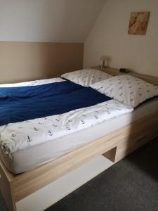 """Gemütliches Bett 1,40*2,00m mit Staukasten / Ferienwohnung """"Achtern Diek"""" in Simonsberg"""