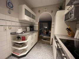 """Küche mit Blick ins Wohnzimmer / Ferienhaus """"Muschelsucher 1"""" in Nordstrand-Norderhafen"""