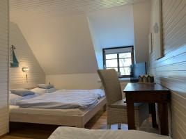 """Schlafzimmer I oben mit drei Betten. Doppelbett 180x200 Einzelbett 90x200 / Ferienwohnung """"Ferienhaus Neukoog  I"""" in Nordstrand"""