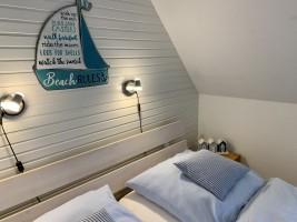 """Schlafzimmer I oben mit drei Betten. Einzelbett 90x200 / Ferienwohnung """"Ferienhaus Neukoog  I"""" in Nordstrand"""