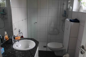 """Barrierefreies Badezimmer im Erdgeschoß mit Waschmaschine,  Haartrockner,  vorhanden Handtuchwärmer / Ferienhaus """"Lat di tied"""" in Husum"""