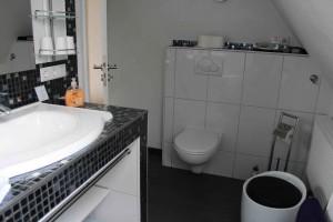 """Badezimmer Obergeschoß mit großer Eckbadewanne. Blick nach rechts / Ferienhaus """"Lat di tied"""" in Husum"""