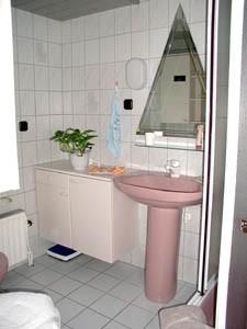 """Das gemütliche Bad ist mit WC und Dusche ausgestattet. / Ferienwohnung """"Christian Steensen"""" in Husum"""