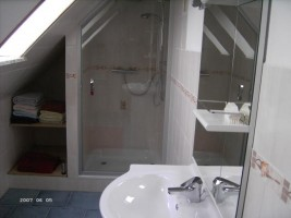 """Im Bad genießen Sie die Raindusche,  desweiteren sind zwei getrennte Toiletten vorhanden / Ferienwohnung """"Bei Uwe und Cordula"""" in Husum"""